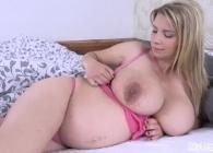 Madurita embarazada se despierta con ganas de masturbarse