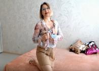 Rusa se graba en la cama masturbándose para su esposo