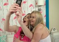 Se hace fotos con la madre de su amiga y luego saborea su coño
