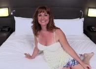 Una simpática pelirroja se estrena en el porno haciendo su primer casting