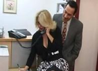 Sucumbe al escote de la secretaria y se la folla en la oficina