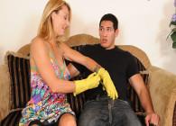 Tiene un hijastro pervertido que se pasa el día metiéndole mano