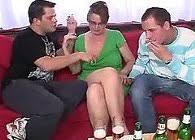 Tras unas cervezas acaba teniendo un trío con sus dos hijos