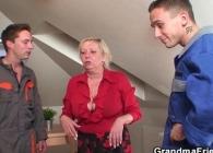Abuela muy necesitada acaba follada en un trío por dos técnicos