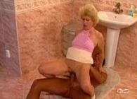 Vieja pilla a su yerno pajeándose en el baño y se pone cachonda