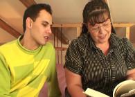 Vieja gorda deja la lectura para follarse a su joven alumno