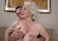La abuela se gana la vida follando con chicos más jóvenes