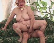 Vieja viciosa se masturba y folla a sus setenta años
