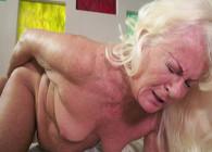 Visita a su abuela y hace que disfrute con una follada lésbica